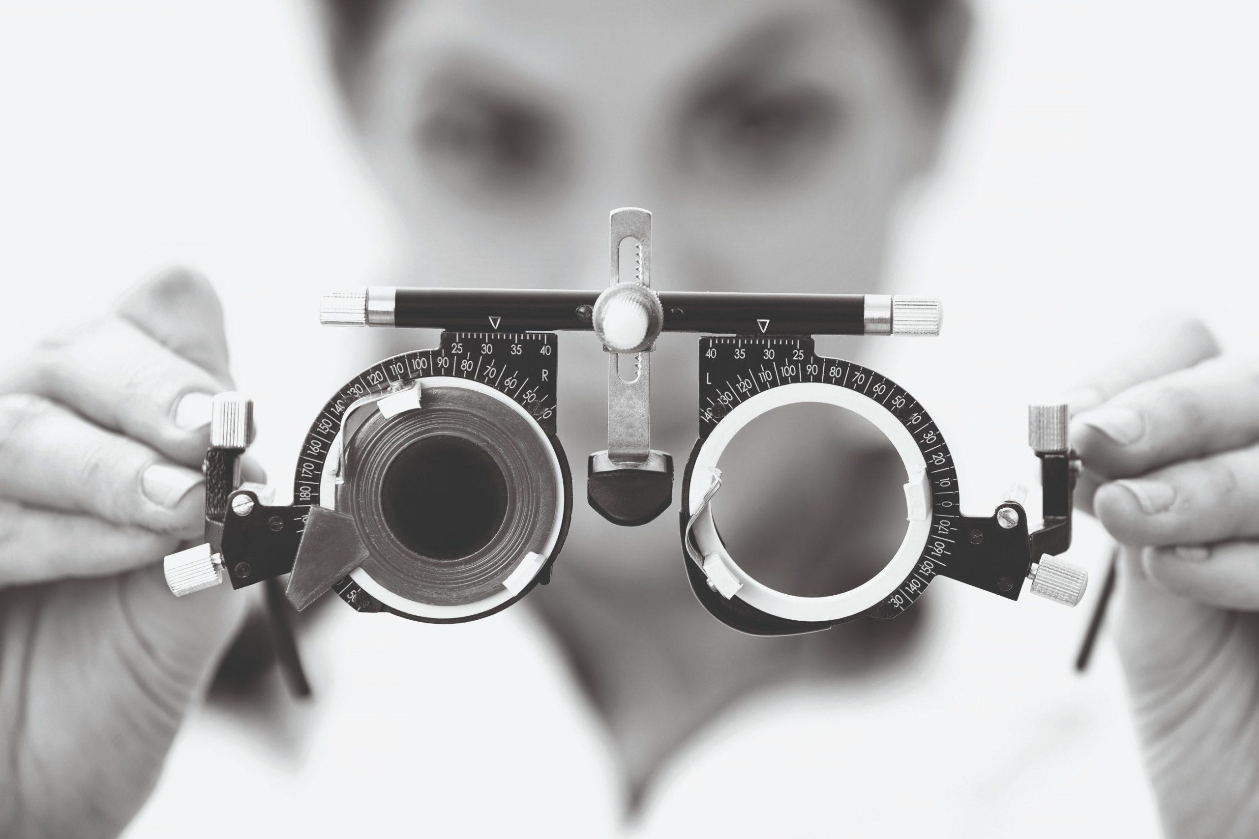 Een mevrouw die een pasbril laat zien