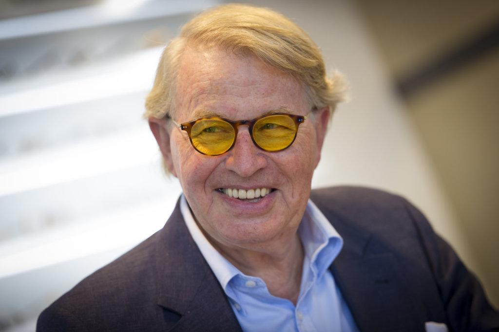 Een blije klant met zijn nieuwe e-scoop bril