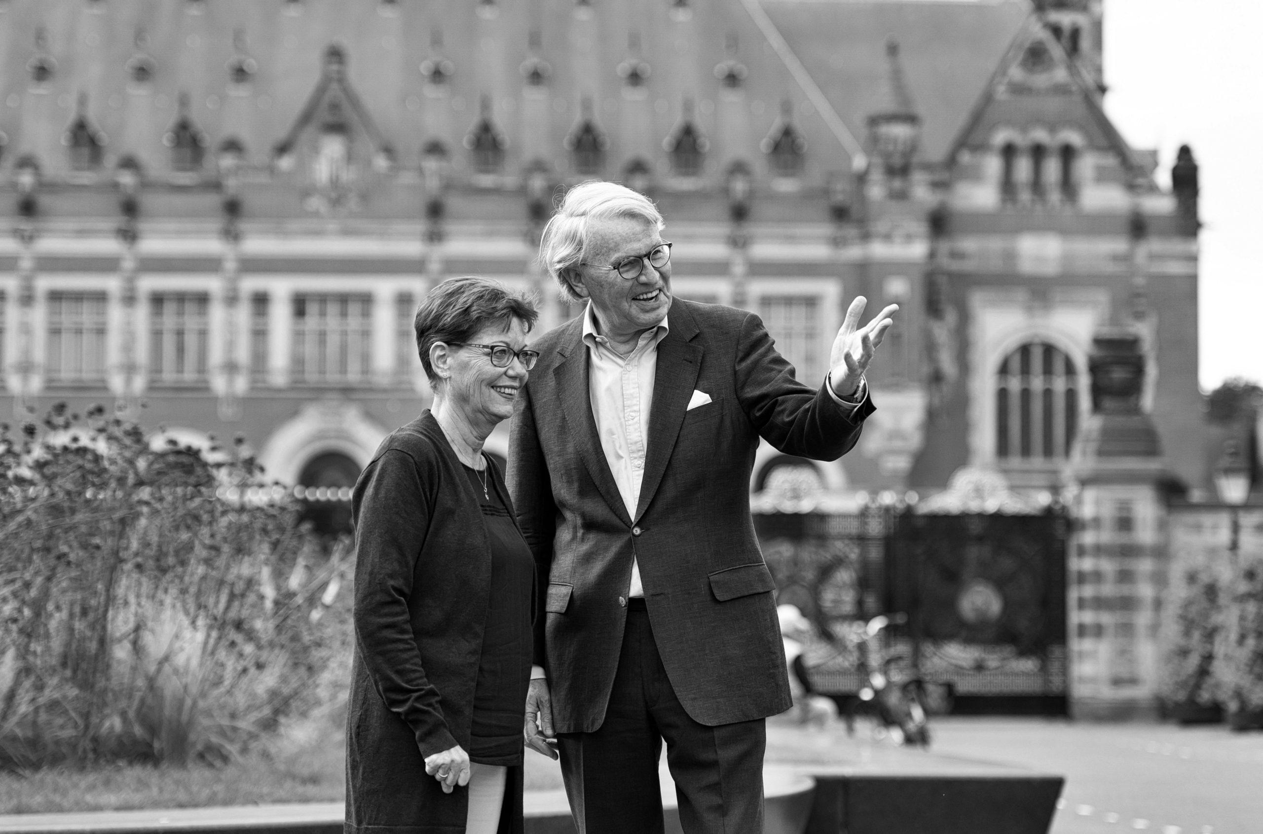 Een man en een vrouw die buiten staan en beter kunnen zien met hun nieuwe bril op