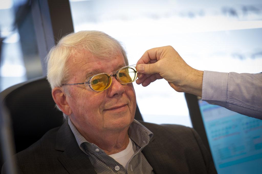 Een klant die een bril test