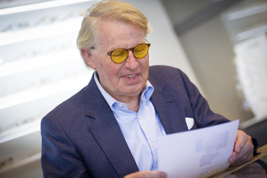 Een klant kijkt tevreden naar het leeswerk met een nieuwe leesbril
